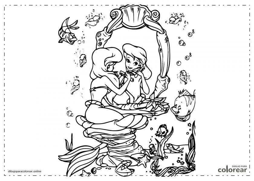 Ariel, la Sirenita, mirándose al espejo junto a muchos peces