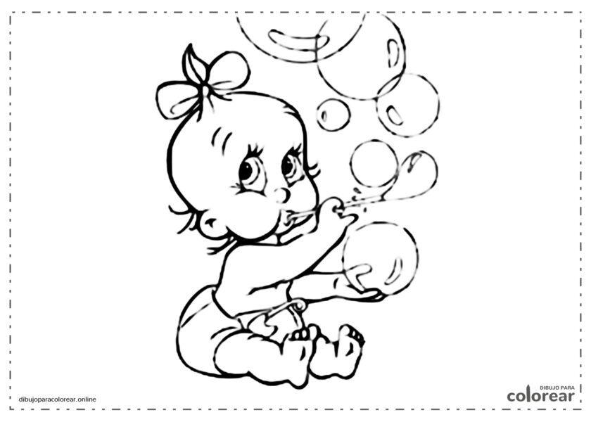 Bebé haciendo pompas de jabón