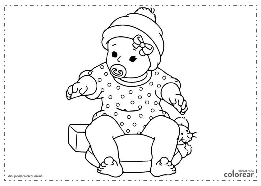 Bebé sentado con el chupete en la boca