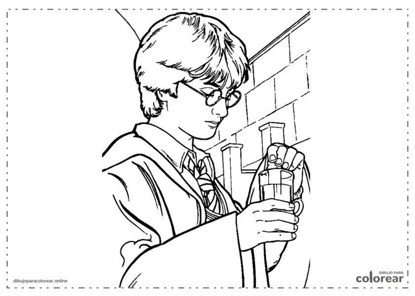 Harry Potter practicando con pociones en clase